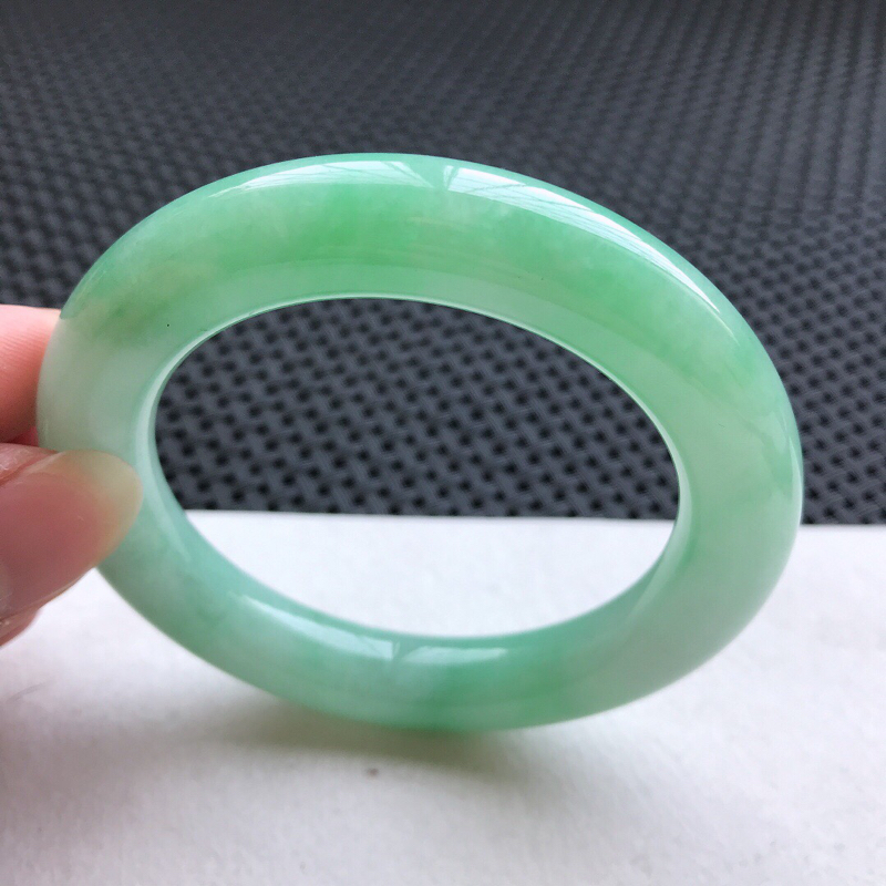 圆条:57。老坑细糯种满绿手镯。尺寸:57*12mm。天然翡翠A货。玉质细腻,佩戴清秀优雅。
