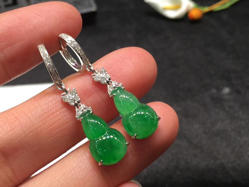 一对阳绿葫芦耳坠,无纹裂色阳,底庄细腻,18K金南非真钻镶嵌,性价比高,推荐,尺寸32.8*8.6*