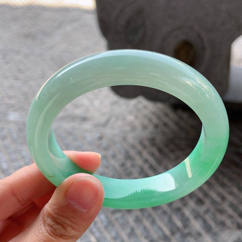 飘绿正圈手镯,尺寸:57-12.6-8.4,质地细腻,干净釉洁,色泽清新亮丽,微纹,瑕不掩瑜