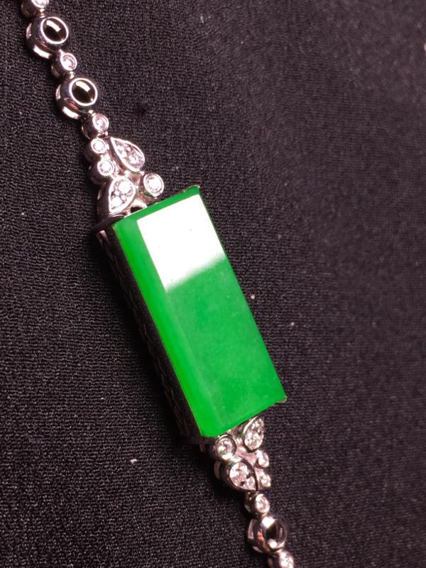 阳绿无事牌手链,18k金豪华镶嵌,种水超好,玉质细腻。