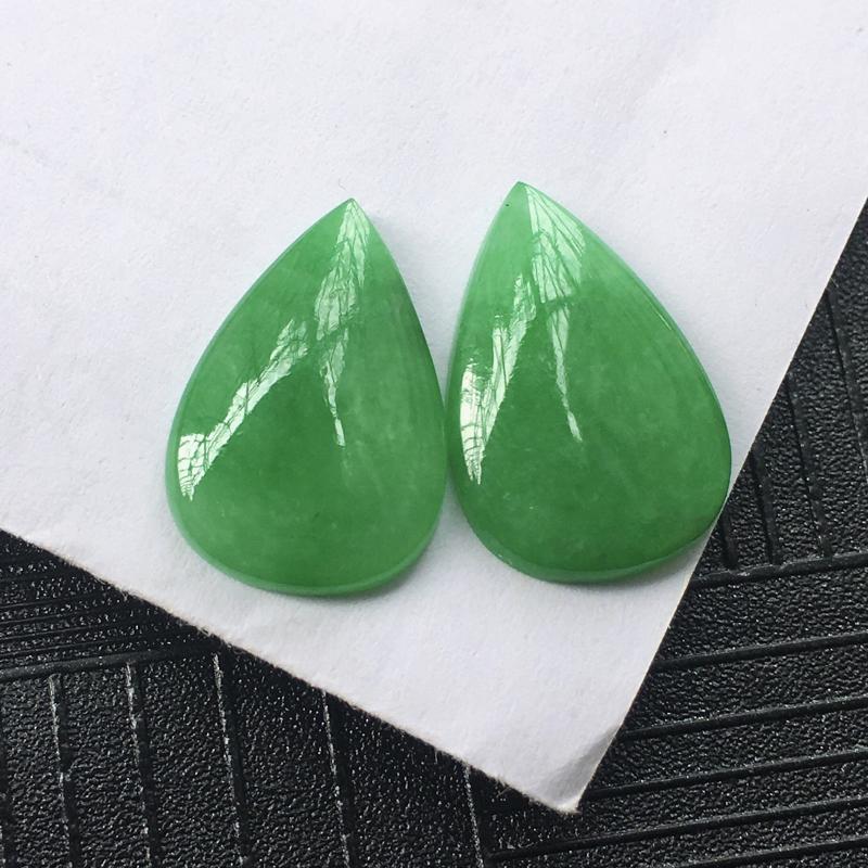 翡翠满绿水滴镶件一对,种水好玉质细腻温润,颜色漂亮,镶嵌后更好看。尺寸:15.4*10.2*2.3m
