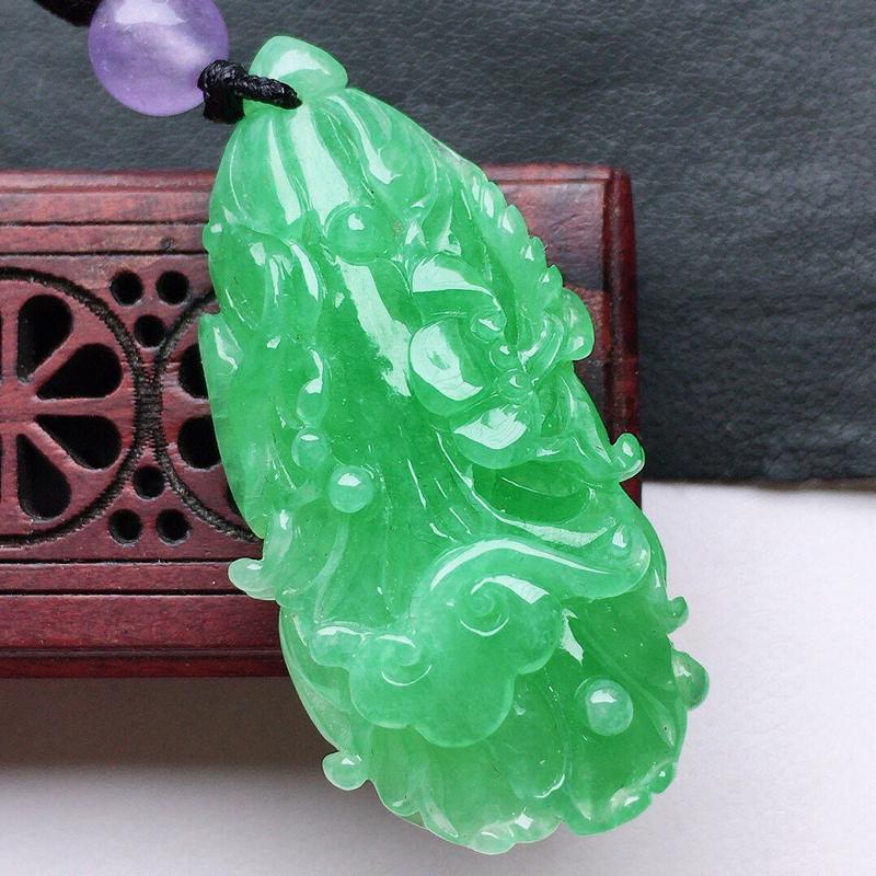 翡翠带绿白菜吊坠(顶珠为装饰珠),玉质莹润,佩戴佳品,尺寸:37.5*18.5*8.6mm,重8.7