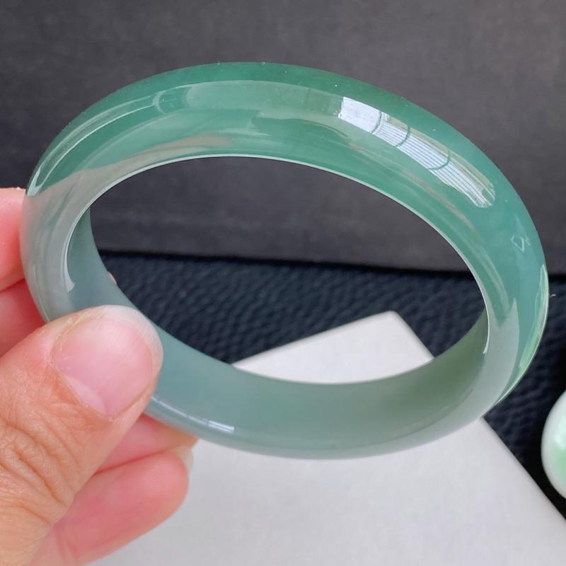 圈口:56.2mm 天然翡翠A货冰润油青宽边手镯、编号:1.20-huang