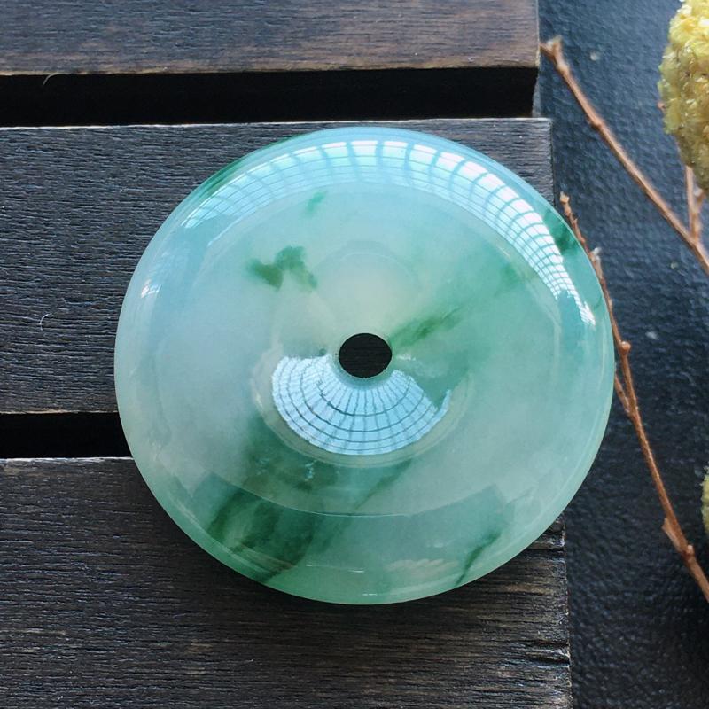 飘彩平安扣,自然光实拍,缅甸a货翡翠,种好水润,玉质细腻,雕刻精细,饱满品相佳,有孔可直接佩戴。
