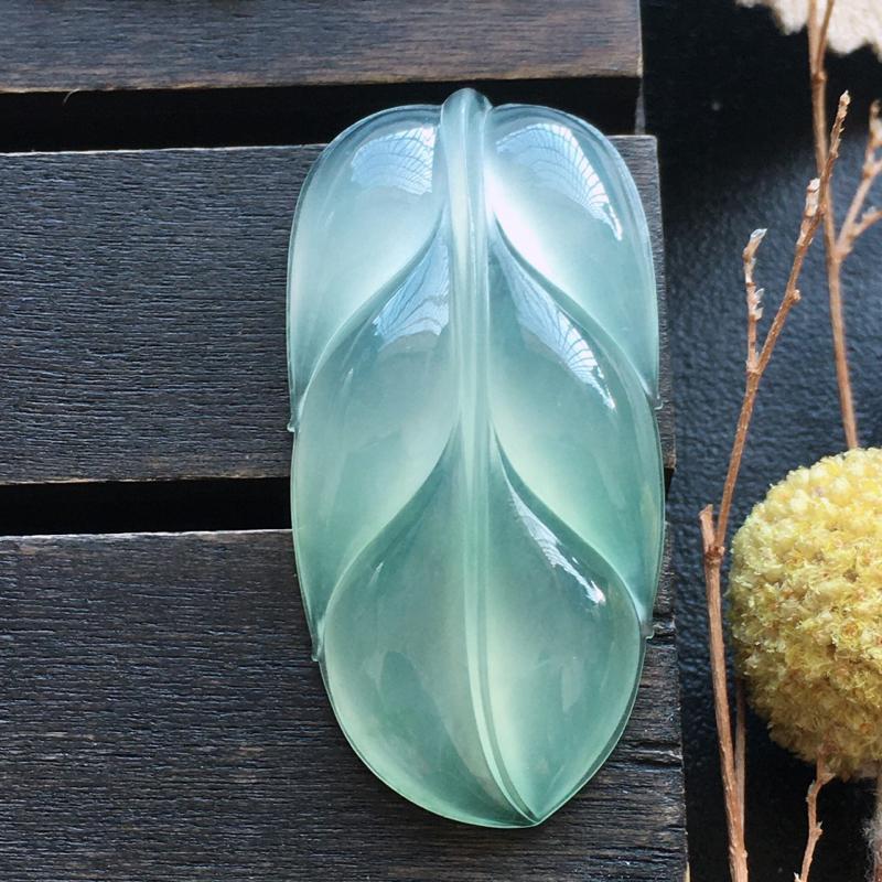 冰种叶子,自然光实拍,缅甸a货翡翠,种好通透,胶感十足,水润玉质细腻,雕刻精细,厚装饱满,品相佳,