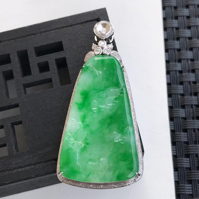 天然翡翠A货18K镶金伴钻糯化种飘阳绿山水牌吊坠 含金49-23.9-6.2mm,裸石36.4-21