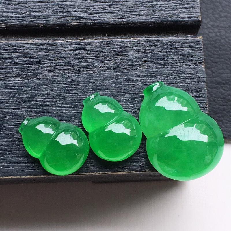 翡翠满绿葫芦吊坠(一个戒指加一对耳钉一套装),玉质莹润,佩戴佳品,尺寸:9.2*6.6*4.0 9.