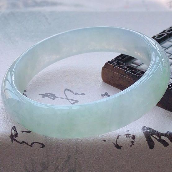 【😊😊天然A货翡翠糯化种飘绿宽条玉手镯,水润秀丽,飘绿优雅,种水十足,视觉甜美可人,恰到好处的美,十分高雅耐看,条形优美,上手优雅大方,55圈口可佩戴。尺寸55.2*13.3*7.1mm,重量:46.80g。】图3
