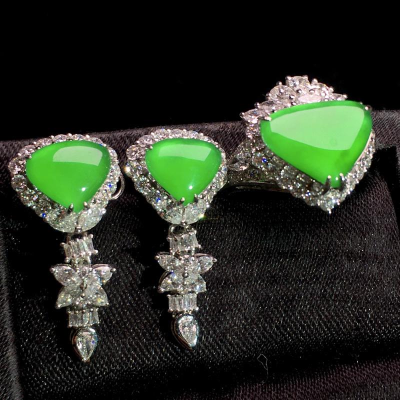 老坑高冰阳绿设计款套装,精美绝伦,精致时尚,种好通透起胶,细腻种水足,冰润剔透,豪华镶嵌,佩戴优雅大