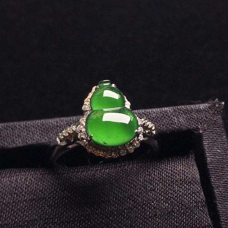 满绿葫芦戒指,种好通透,翠绿欲滴,细腻冰透,种色浓郁,佩戴精致,裸石:11*8*3,整体:13*16