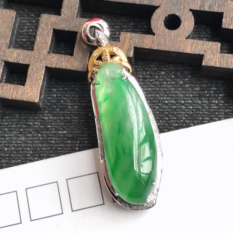 编号:f912,翡翠A货,飘绿18k金伴钻福瓜吊坠,裸石尺寸:24*8*5mm,包金尺寸:33.5*