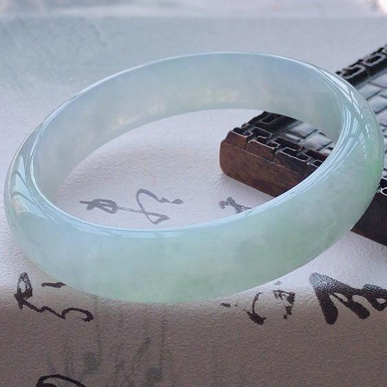【😊😊天然A货翡翠糯化种飘绿宽条玉手镯,水润秀丽,飘绿优雅,种水十足,视觉甜美可人,恰到好处的美,十分高雅耐看,条形优美,上手优雅大方,55圈口可佩戴。尺寸55.2*13.3*7.1mm,重量:46.80g。】图4