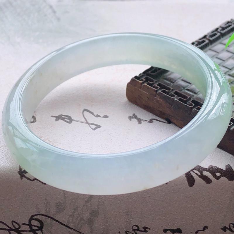 【😊😊天然A货翡翠冰糯种飘绿宽条玉手镯,水润秀丽,飘绿优雅,种水十足,视觉甜美可人,恰到好处的美,十分高雅耐看,条形优美,上手优雅大方,58圈口可佩戴。尺寸57.9*12.7*7.6mm,重量:54.39g】图2