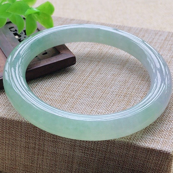 冰糯种飘绿大圈口翡翠圆条手镯,圆润厚实,亮丽秀气,颜色好,品相好,上手佩戴效果知性优雅,尺寸59.