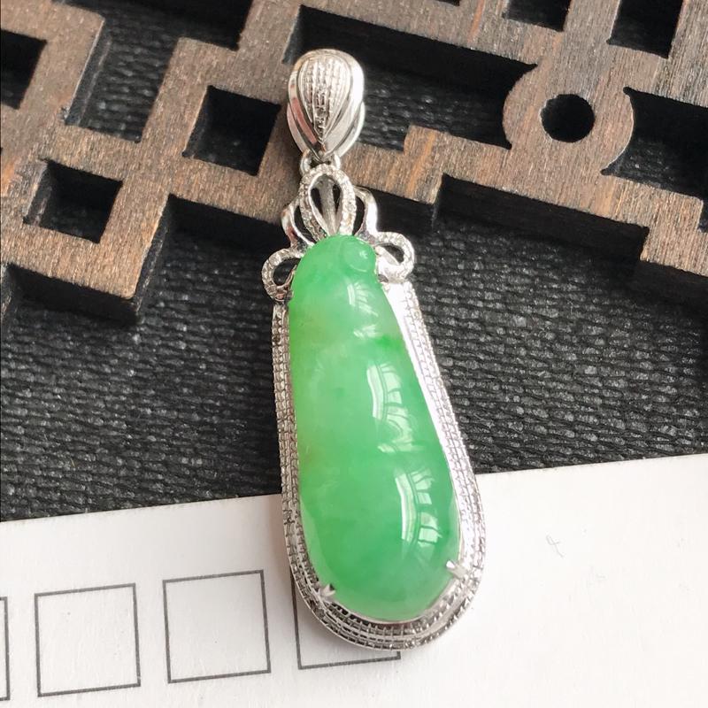 编号:f912,翡翠A货,飘绿18k金伴钻富贵豆吊坠,裸石尺寸:21.2*8.3*5mm,包金尺寸: