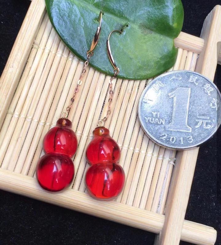 天然缅甸琥珀,精品玻璃种樱桃红福禄耳坠,18k真金镶嵌,品质好,️杂裂冰️瑕疵,颜色红润光泽,形