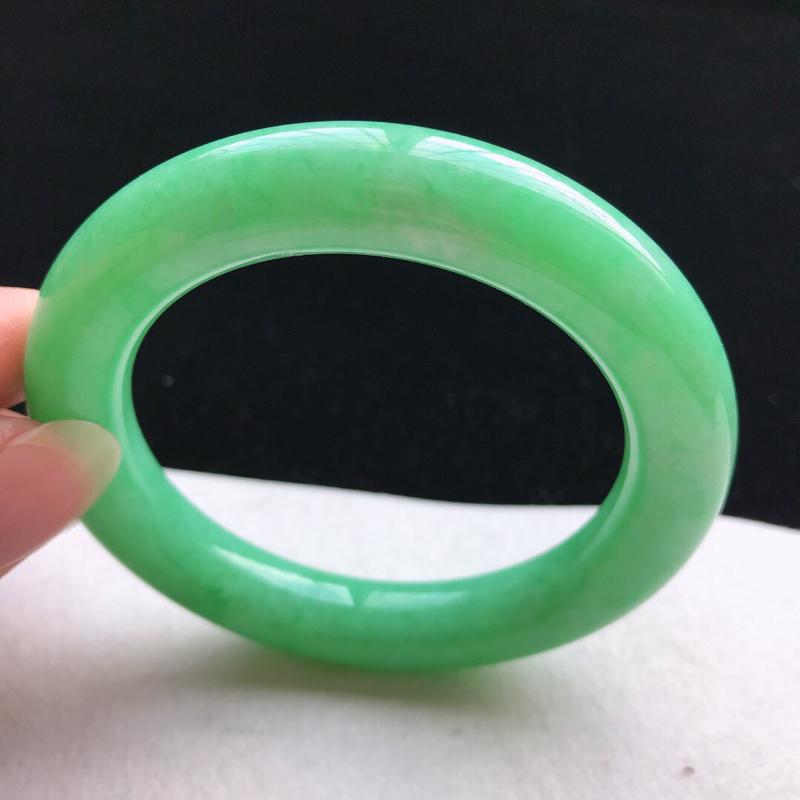 【圆条:56.3。老坑细糯种满绿手镯。尺寸:56.3*11.2mm。天然翡翠A货。玉质细腻,佩戴清秀优雅。】图4