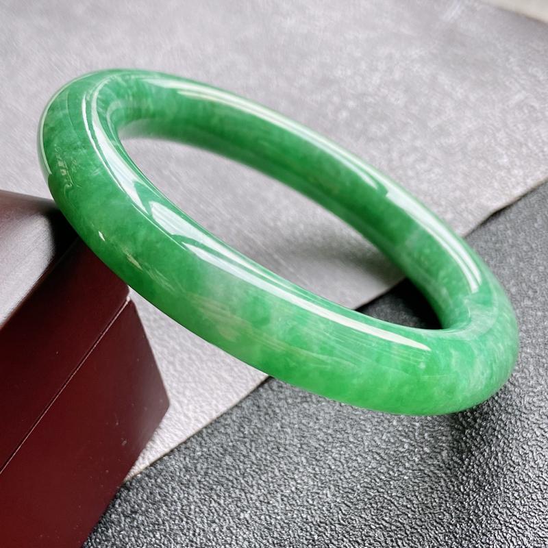 翡翠A货,规格54.5/11/10.5,老坑种绿圆条手镯,玉质细腻水润,上手优雅迷人