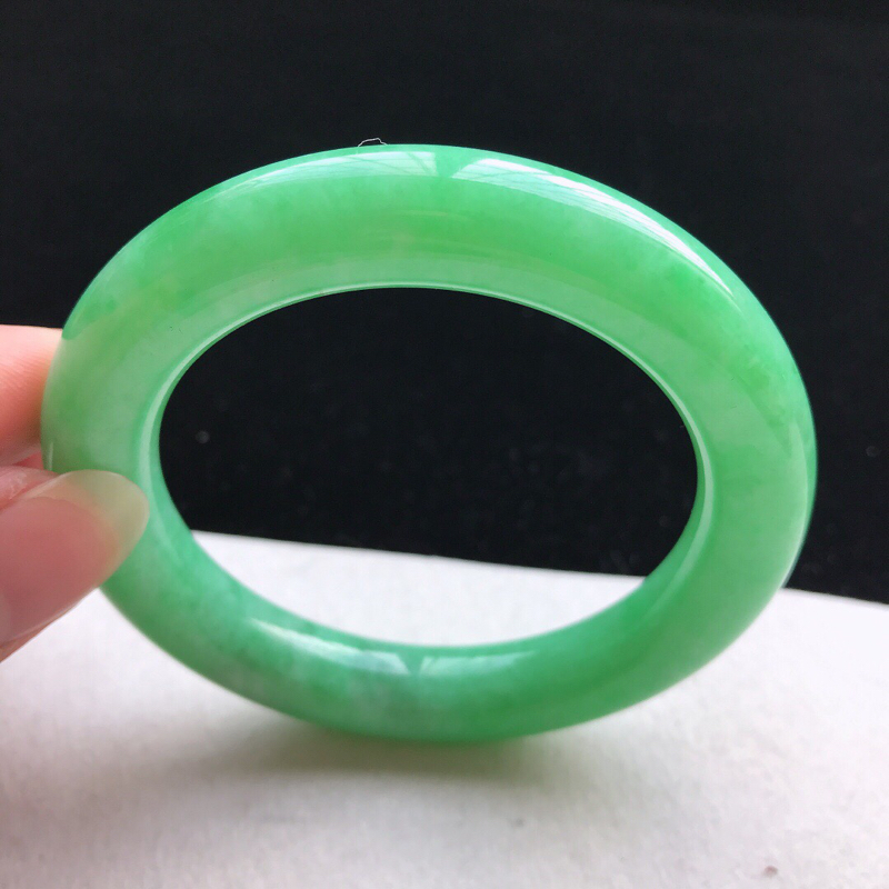圆条:56.3。老坑细糯种满绿手镯。尺寸:56.3*11.2mm。天然翡翠A货。玉质细腻,佩戴清秀优