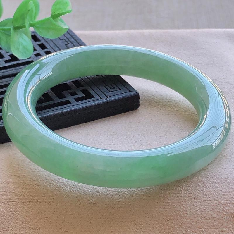 圈口53.9mm满绿圆条翡翠手镯,玉质细腻,水润灵动,种水好,色泽佳,视觉素雅柔美,上手恰到好处的
