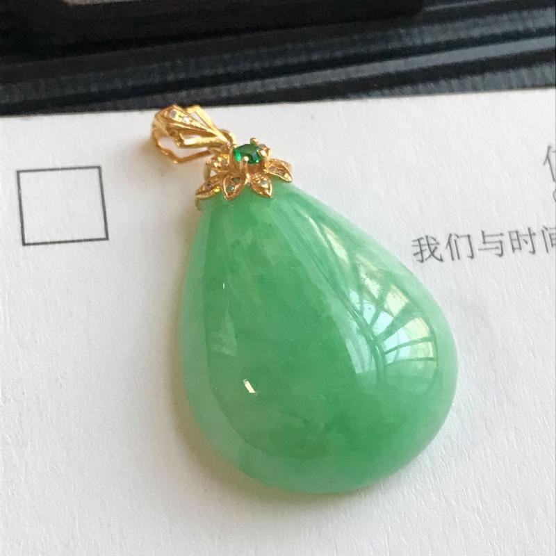 编号:F912,翡翠A货,18k金伴钻飘绿水滴吊坠,裸石尺寸:24.4*18.3*7.6mm,包金尺