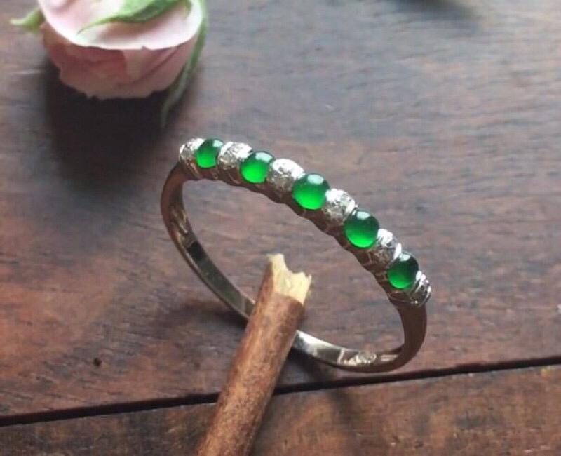 18K金伴钻石镶嵌冰种阳绿戒指,宝贝小巧可爱,可以做尾戒佩戴,一排加起来尺寸:16.5,单个蛋面2.