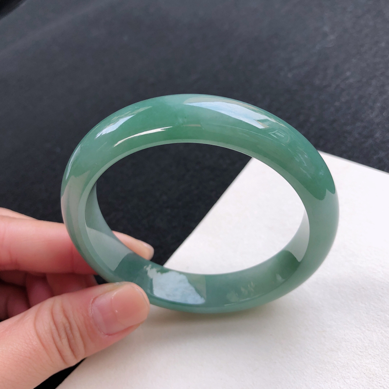 油绿水润正圈手镯,尺寸:54/12.3/8,无纹裂,佩戴漂亮,夺目迷人.
