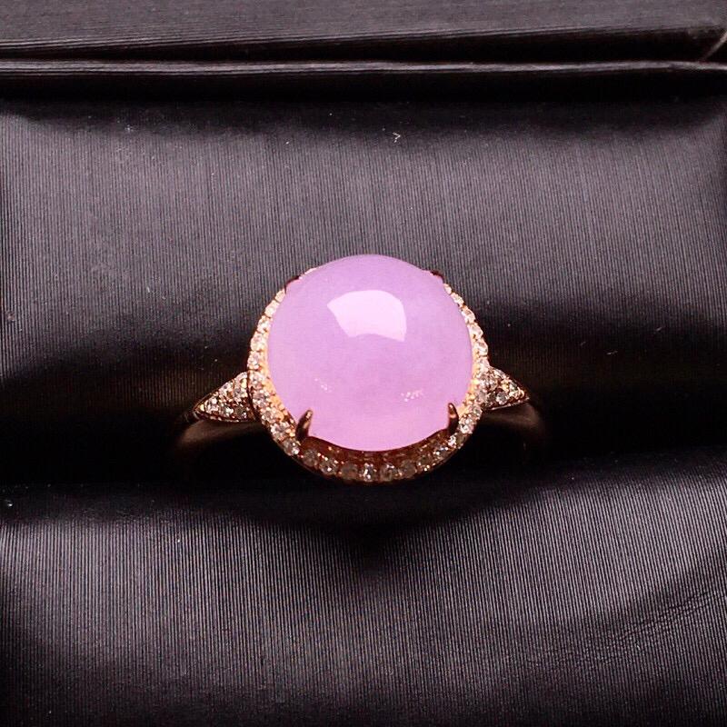18K金钻镶嵌紫罗兰蛋面戒指 质地细腻 圆润饱满 色泽均匀 淡紫优雅 款式新颖时尚唯美亮眼 圈口14