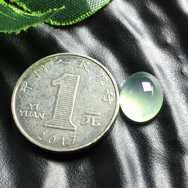 冰种蛋面裸石,底子细腻,色泽漂亮,干净起光,没有纹裂。可镶嵌成戒指。尺寸:12.5-10.0-5.6