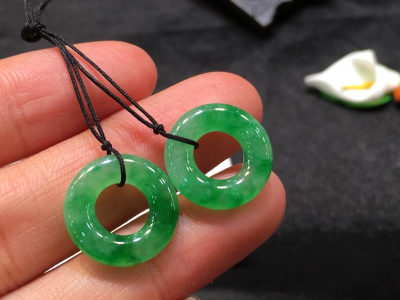 一对浅绿圈圈,平安吉祥,无纹裂,底庄细腻,可镶耳坠,镶嵌后效果更显档次,性价比高,推荐,尺寸15.6