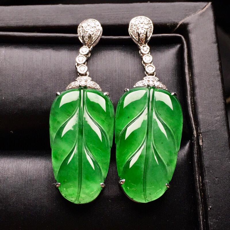 18K金钻镶嵌翠绿树叶耳坠 质地细腻 色泽均匀艳丽 款式新颖时尚唯美 亮眼 整体尺寸33.8*11.