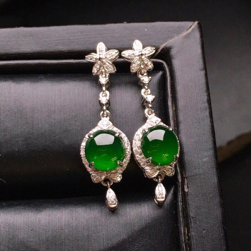 18K金钻镶嵌满绿蛋面耳坠 质地细腻 色泽均匀艳丽饱满 款式新颖时尚唯美 精致整体尺寸24.8*7*5.4裸石5.9*5.6*2.5