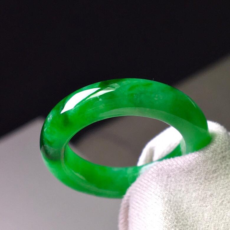 满绿指环,无纹无裂,水头足,色泽艳丽,尺寸5.2/3.8内径18.1.圈口17.2