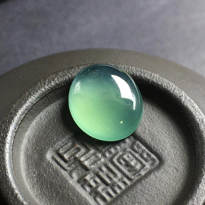 冰种晴水蛋面裸石,底子细腻,色泽漂亮,无裂,干净起光,饱满圆润。尺寸:11.4-9.8-3.6