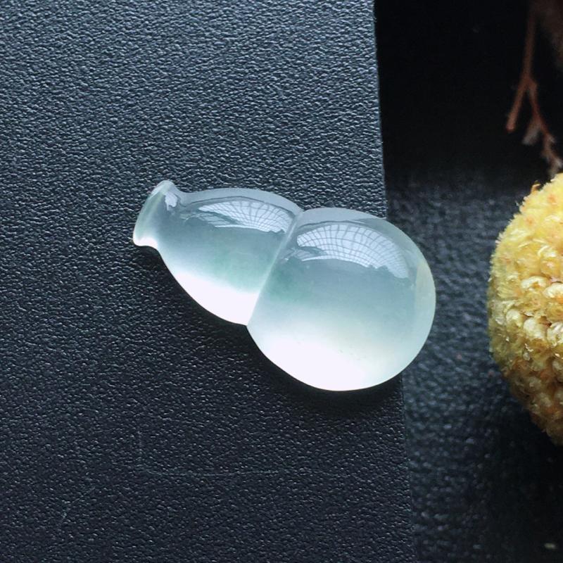 高冰种葫芦,自然光实拍,缅甸a货翡翠,种好通透,水润玉质细腻,雕刻精细,饱满品相佳