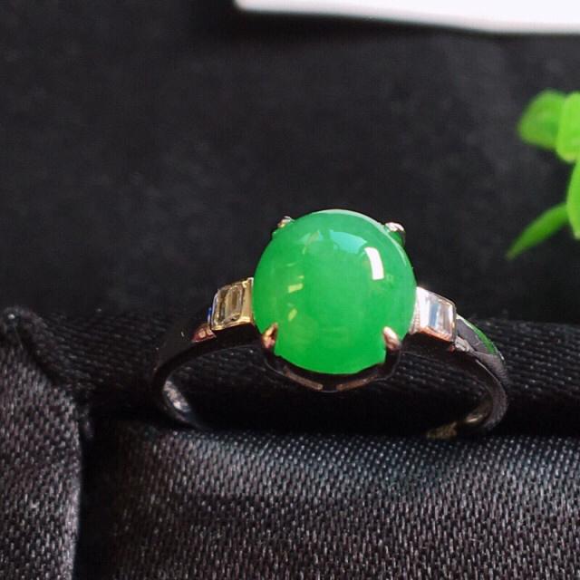 好漂亮的绿旦戒指,色阳,水润,饱满,18k金伴靓钻镶嵌,尺寸8.1*7.6*7.0mm,非常大气,简