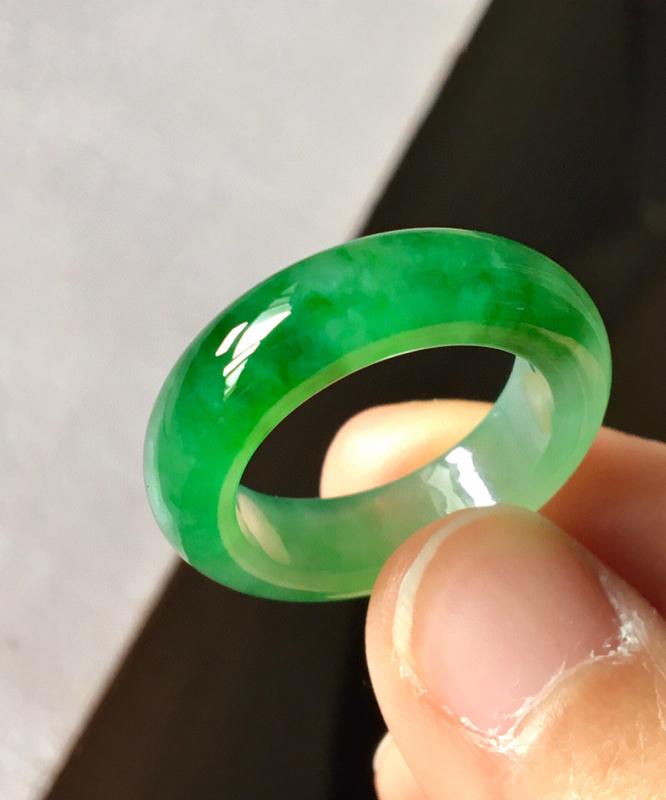 冰阳绿指环,无纹裂,水头足,色泽艳丽,裸石尺寸6.3/4.2、内径18.圈口17