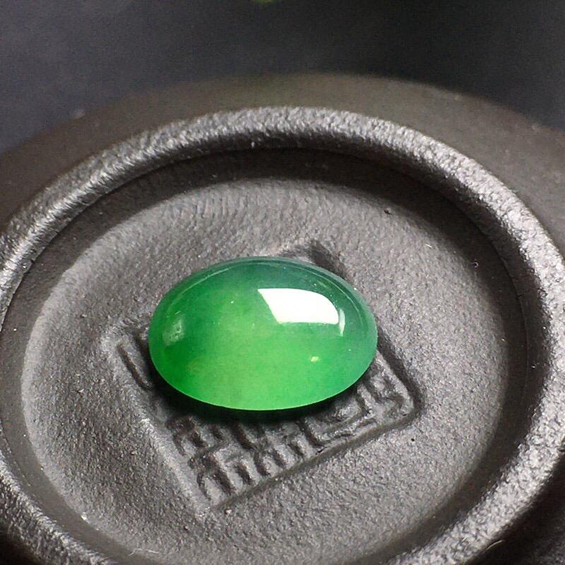 ️冰绿蛋面裸石,底子细腻,色泽漂亮,无裂,干净起光,饱满圆润。尺寸:10.2-8.0-3.5