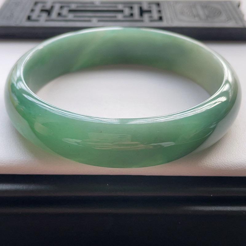 正圈62.1圈口,自然光实拍,缅甸老坑天然翡翠A货,水润油绿宽版正圈手镯。尺寸:62.1️14
