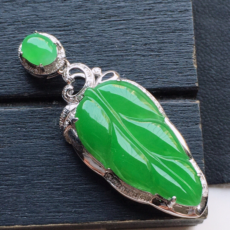 翡翠18K金伴钻镶嵌满绿叶子吊坠,玉质细腻,雕工精美,佩戴送礼佳品,包金尺寸: 37.1*14.1*