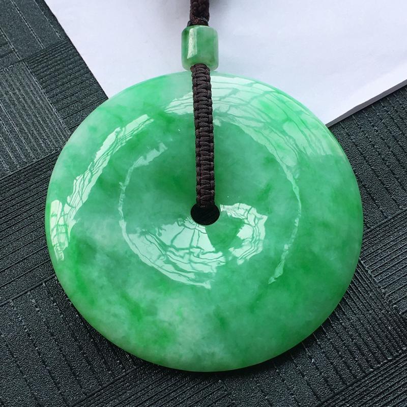 翡翠满绿大平安扣吊坠,水头好,玉质细腻温润,颜色漂亮,大气上档次。含绳重:44.93克