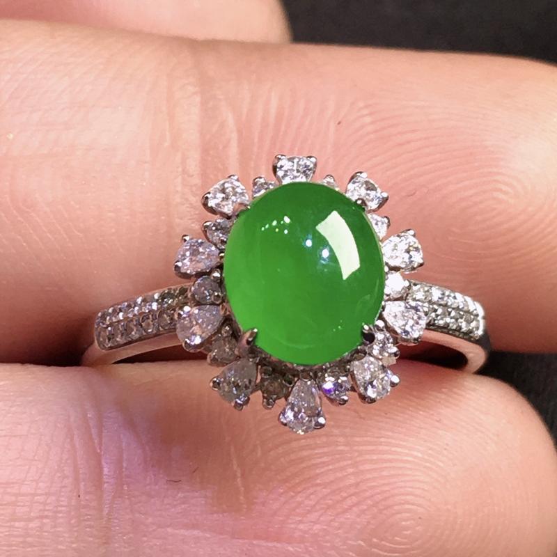 严选推荐👍👍👍老坑冰种满阳绿色翡翠蛋面女戒指,18k金钻豪华镶嵌而成,佩戴效果出众,尽显气质。种水很