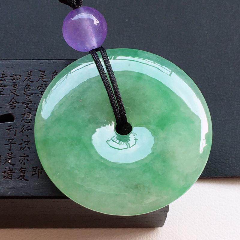 精品翡翠平安玉扣吊坠,玉质莹润,佩戴效果更美,顶珠为工艺珠,尺寸:玉:30.5*4.9MM,质量:1
