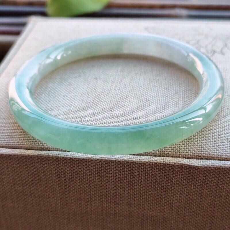 【圆条54圈口】自然光实拍,天然翡翠A货水润淡绿圆条镯,尺寸:54-7.8-7.8mm,重量:3