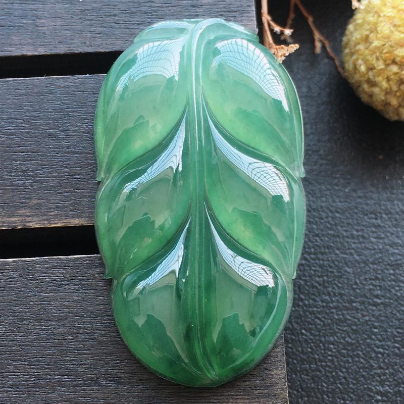 叶子挂件,自然光实拍,缅甸a货翡翠,种好水润。玉质细腻,雕刻精细,饱满品相佳,有孔可直接佩戴。