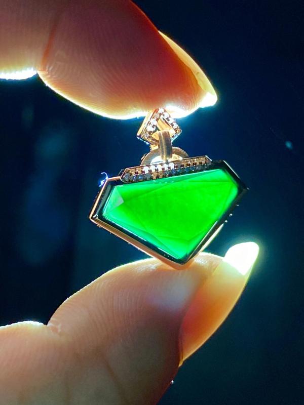 墨翠:【切割型吊坠】18K金+南非钻镶嵌,细腻干净,黑度极黑,性价比高,做工精致,打灯透绿 裸石尺寸