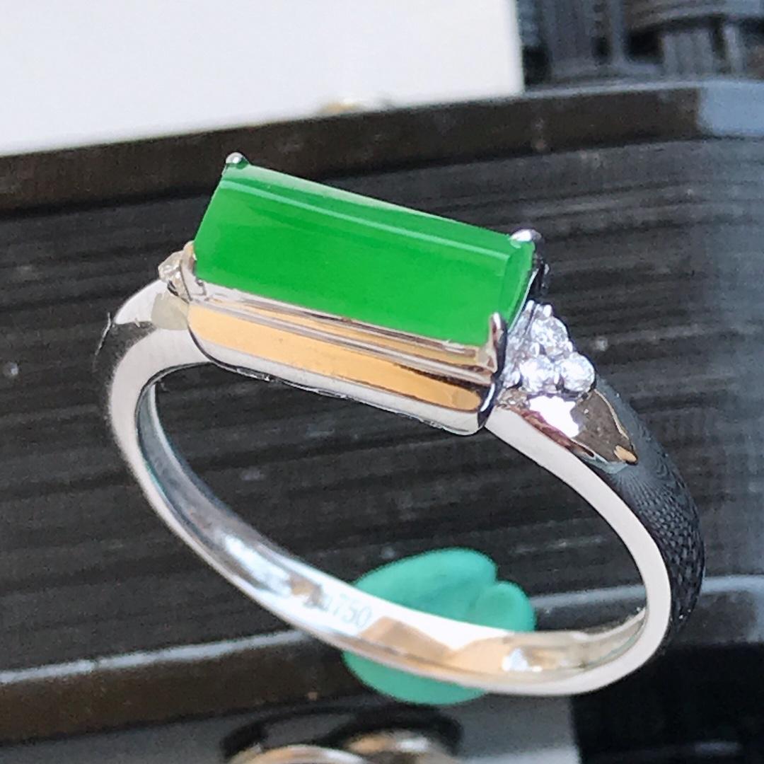 天然翡翠A货18K金镶嵌伴钻糯化种  水润满绿马鞍戒指,内径17mm 裸石9.7-4-3mm  质细腻,种水好 上身效果漂亮
