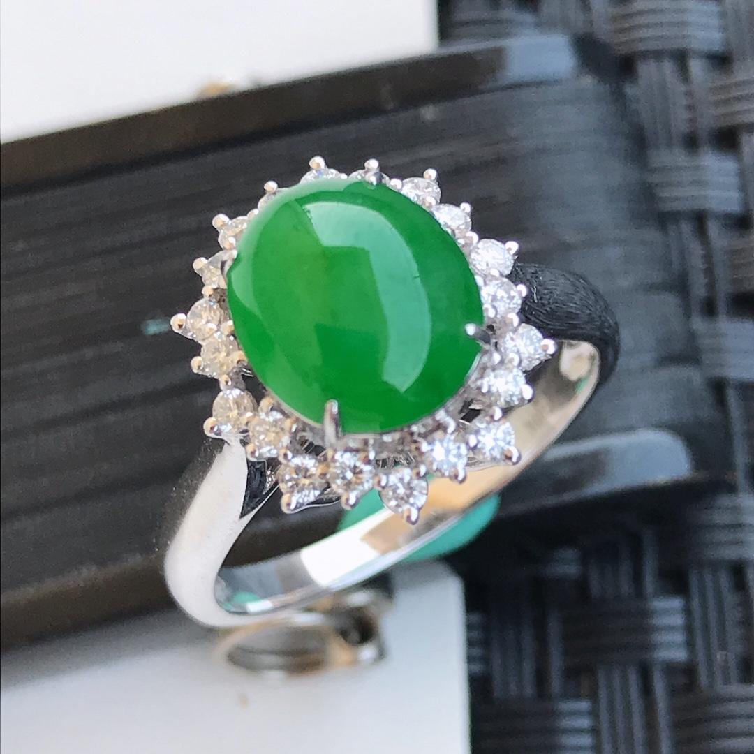 天然翡翠A货18K金镶嵌伴钻糯化种水润满绿戒指耳钉一套,内径17.2mm  戒指裸石9-7.7-4.1mm 耳钉裸石6.6-6.3-3mm 玉质细腻,种水好 上身效果漂亮