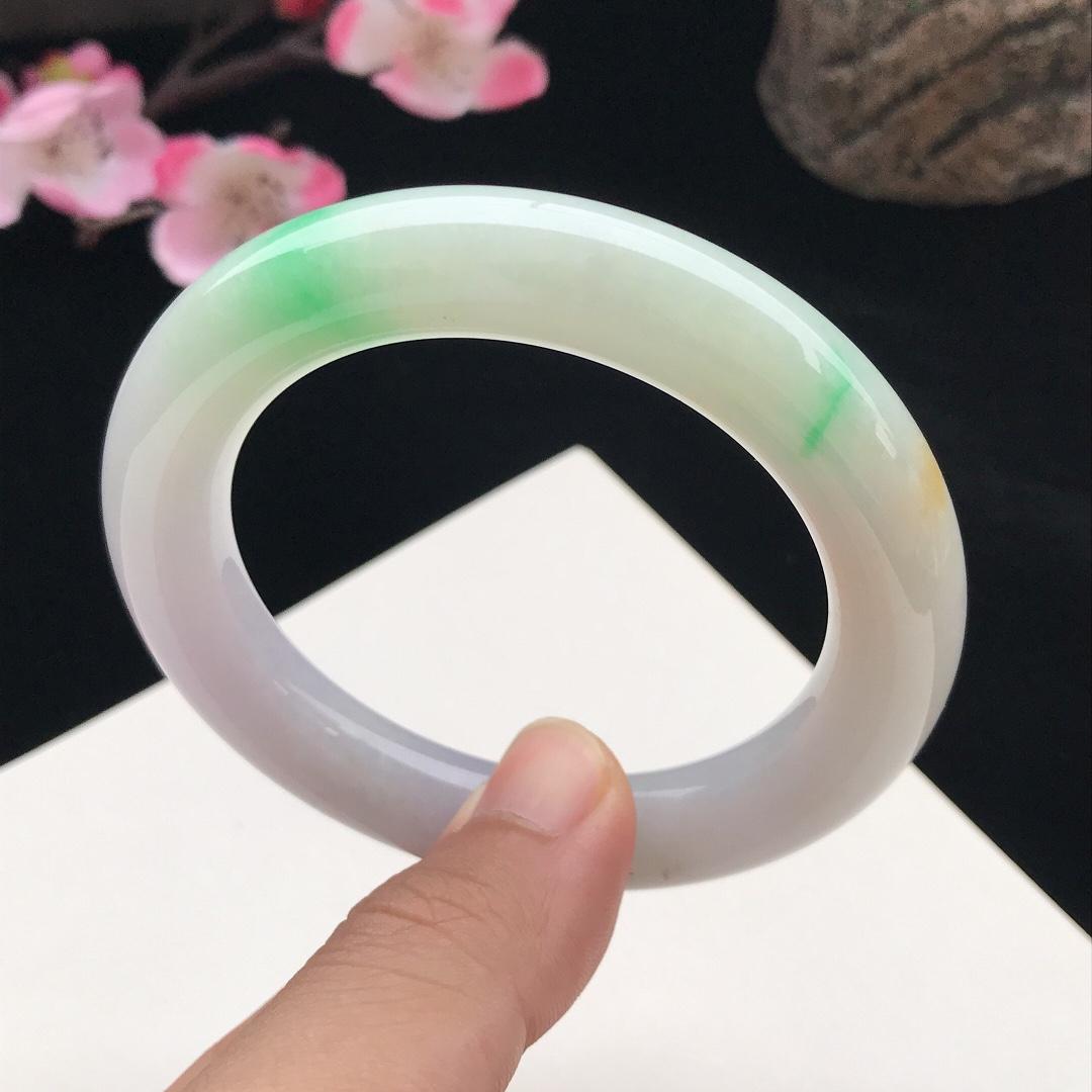 圈口:58mm天然翡翠A货糯化种水润飘绿圆条手镯,尺寸58-11.9mm,底子细腻,种水好,底色好,