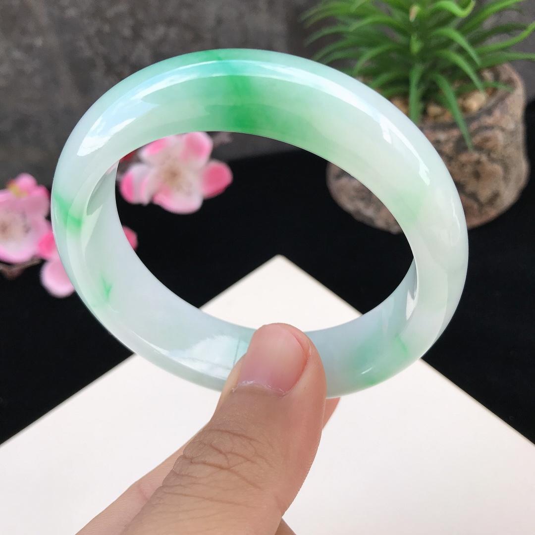 圈口:57.1mm天然翡翠A货糯化种 水润飘阳绿正圈手镯,尺寸57.1-16.3-8mm,有纹 底子